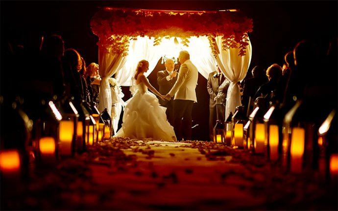 La ceremonia de las velas en una boda en la playa